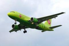 空中客车A319-113飞机S7西伯利亚航空公司在多云天空的航空公司飞行VP-BTQ  免版税库存照片