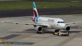 空中客车A319-112 Eurowings航空公司D-ABGK拖曳 影视素材