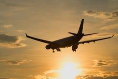 空中客车A330-323 HL7584韩航在晚上微明下排行飞行在日落 免版税库存图片