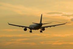 空中客车A330-323 (HL7584)韩航排行在日落天空的着陆 库存图片