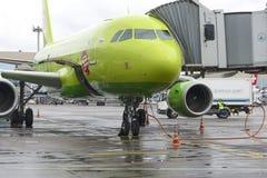 空中客车A319 S7航空公司起飞前的准备 库存图片
