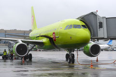 空中客车A319 S7航空公司飞机等待行李 免版税库存照片