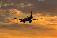 空中客车A320-214 VQ-BDM航空公司乌拉尔航空公司飞行入日落天空 免版税库存照片