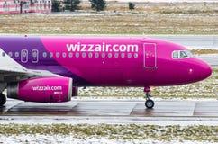 空中客车A320 Wizzair航空公司,机场普尔科沃,俄罗斯圣彼德堡2017年12月02日, 免版税库存图片