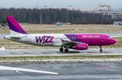 空中客车A320 Wizzair航空公司,机场普尔科沃,俄罗斯圣彼德堡2017年12月02日, 库存照片