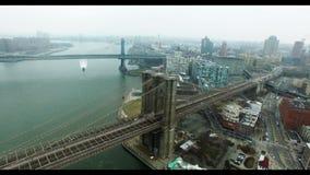 空中寄生虫射击了布鲁克林大桥和美国旗子在它顶部 股票录像