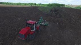 空中寄生虫射击了拖拉机种子的一位农夫, 股票录像