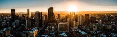 空中寄生虫照片-市日落的丹佛科罗拉多 免版税库存照片