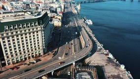 空中寄生虫照片 有交通的路 有直升机的美好的全景 股票视频
