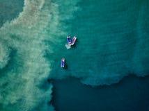 空中寄生虫照片-渔船在蓝色太平洋浇灌在离哥斯达黎加的海岸的附近 库存照片