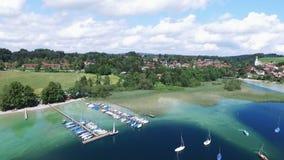 空中寄生虫英尺长度-飞行在一个湖在德国 股票视频