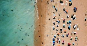 空中寄生虫观点的海滩的人在葡萄牙 免版税库存照片