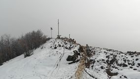 空中寄生虫:在山上面的妇女问候,冒险旅行癖概念、雪和云彩mistic冬天环境美化 股票视频