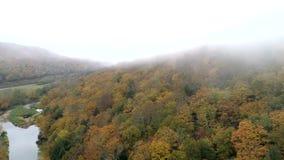 空中寄生虫-横跨在全色的小山慢慢地飞行与沿边的河在秋天在佛蒙特 影视素材