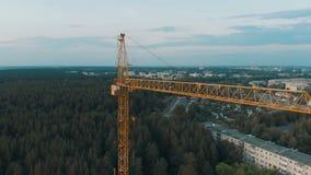 空中射击鸟观点的在建造场所大厦公寓房地产附近的黄色塔大厦大蚊 影视素材