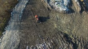 空中射击:推土机与垃圾一起使用在巨大的转储 股票录像