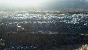 空中射击:traktor与垃圾一起使用在巨大的转储 影视素材