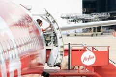 空中小姐关闭飞机的后门 免版税库存照片
