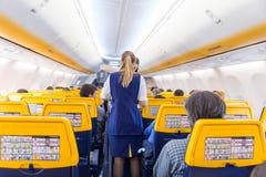 空中小姐在瑞安航空公司飞机飞行的服务passangers在2017年12月第14,在从的里雅斯特的一次飞行向巴伦西亚 库存照片