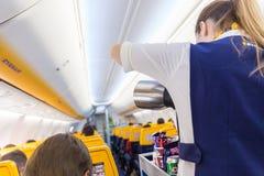 空中小姐在瑞安航空公司飞机飞行的服务passangers在2017年12月第14,在从的里雅斯特的一次飞行向巴伦西亚 库存图片