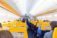 空中小姐在瑞安航空公司飞机飞行的服务passangers在2017年12月第14,在从的里雅斯特的一次飞行向巴伦西亚 免版税库存图片
