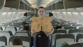 年轻空中小姐显示与救生背心的操作 股票录像