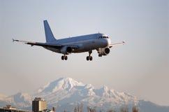 空中巴士A-320航行器着陆在温哥华 库存照片