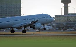 空中巴士A-320航行器着陆在温哥华 免版税库存照片