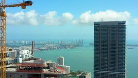 空中录影摩天大楼街市迈阿密和布里克尔 射击与在4k的一条高的寄生虫 股票视频