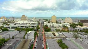 空中录影迈阿密海滩接近的海洋林斯大道 股票视频