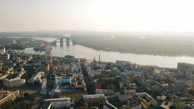 空中录影镜头基辅Kyiv乌克兰 Podil历史市中心 进城 河和桥梁 影视素材