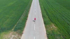 空中慢动作:跟踪人的寄生虫单独跑在乡下平交道口培养了领域,室外活动健身我们 影视素材
