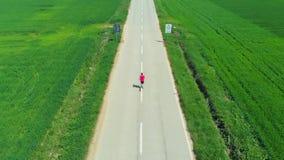 空中慢动作:跟踪人的寄生虫单独跑在乡下平交道口培养了领域,室外活动健身我们 股票录像