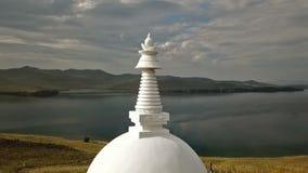 空中接近的独特的佛教stupa历史的纪念碑标志尖顶顶面神秘的仪式肋的Ogoi海岛贝加尔湖 影视素材