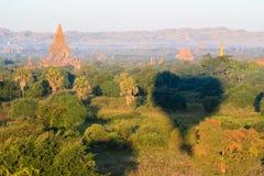 空中日出视图飞行在寺庙的和塔在Bagan,缅甸调遣如被看见从一次热空气气球飞行 库存照片