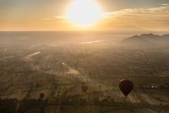 空中日出视图飞行在寺庙的和塔在Bagan,缅甸调遣如被看见从一次热空气气球飞行 免版税库存照片