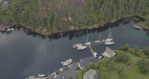 空中林业海湾海岸在与游艇的水中反射了 股票视频
