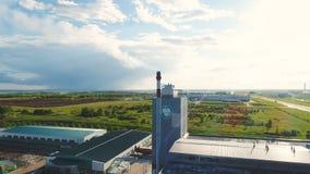 空中植物大厦抽与商标的管子塔在风景中 股票视频