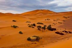 空中流浪的扎营撒哈拉大沙漠视图 免版税库存照片