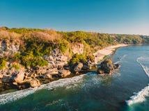 空中海岛视图 岩石、海滩和海洋在巴厘岛,印度尼西亚 免版税库存照片