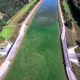 空中照片在街道的一座运河桥梁 库存照片