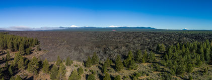 空中熔岩流全景近的弯,俄勒冈 库存照片