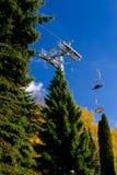 空中电车,缆车在公园在秋天 免版税库存照片