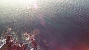 空中盘旋在峭壁和海洋在布里坦尼,4K掀动的序列2 2 -在礁石上,跟踪在海和  股票视频