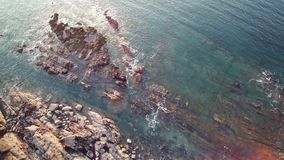 空中盘旋在峭壁和海洋在布里坦尼,HD英尺长度版本-在五颜六色的荒野,岩石,礁石上,跟踪在ovr海 股票视频