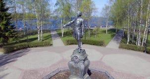 空中盘旋的古铜色俄国沙皇彼得大帝在城市公园 股票视频