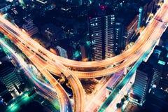 空中看法高速公路连接点在晚上在东京,日本 库存照片