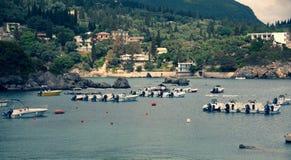 空中看看与小船和房子的海湾海滩的 与海军陆战队员和别墅的假日概念性场面在海滨 自然 库存图片
