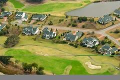 空中社区高尔夫球视图 免版税库存图片