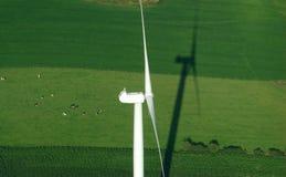 空中绿色草甸视图windturbine 免版税库存照片